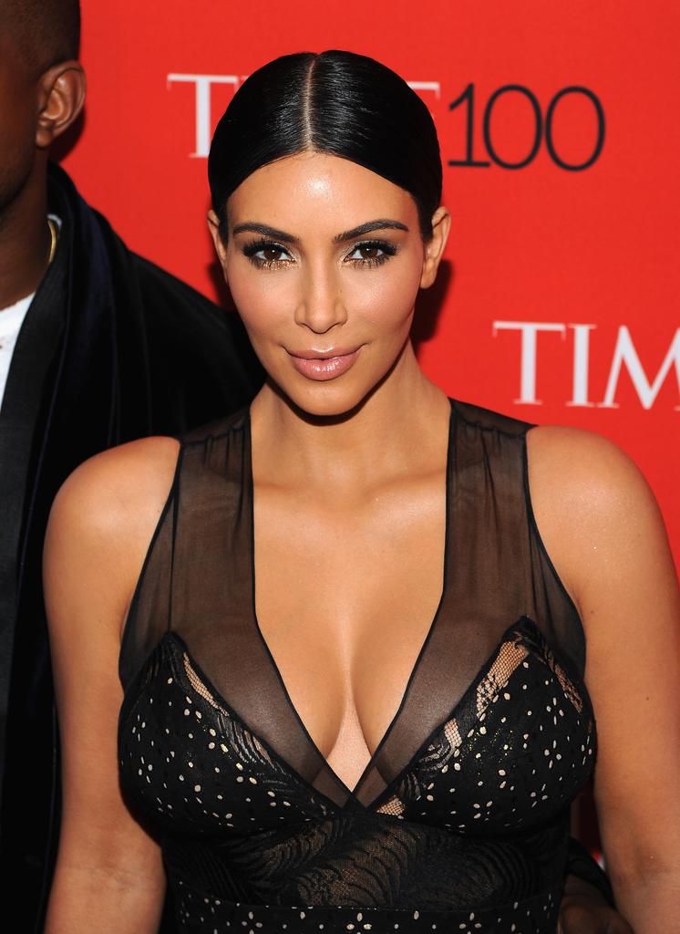 Kim Kardashian posta uno scatto dove indossa solo il suo spray abbronzante, il web in delirio