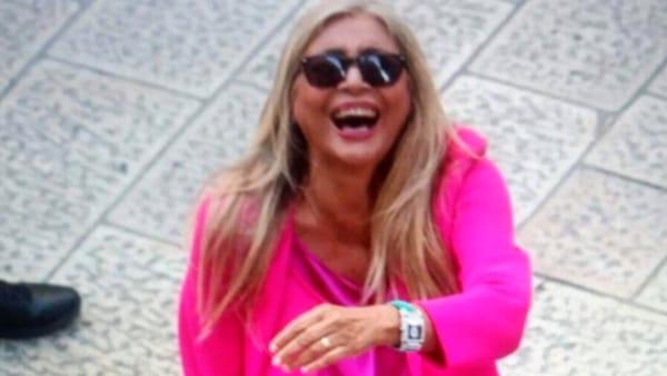 Mara Venier scatenata al matrimonio di Cristel Carrisi, canta con i Ricchi e Poveri e il suo video diventa virale