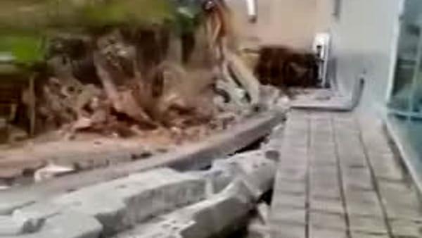 Sfiorata tragedia a Ostuni, un muro cade su un'auto in corsa