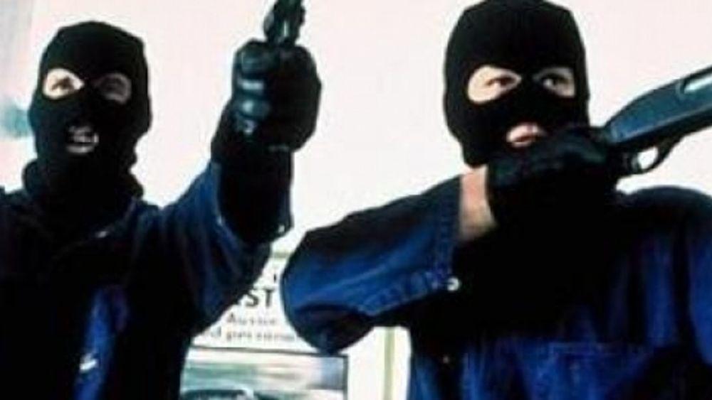 Puglia irruzione in farmacia in pieno centro, due banditi armati di pistola si fanno consegnare l'incasso, terrore tra i clienti