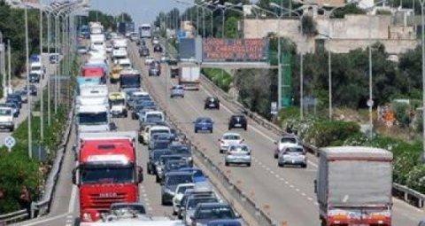 A Bari sulla SS16 un furgoncino si ribalta, traffico rallentato e automobilisti perdono la pazienza