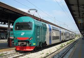 A Maglie un quindicenne attraversa i binari e viene travolto da un treno, salvo