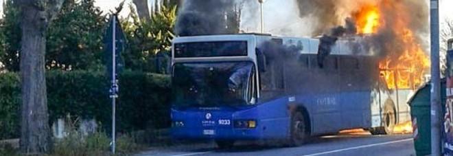 Bari, tragedia sfiorata, scoppia il motore di un pullman scolastico, porte bloccate, panico tra gli studenti