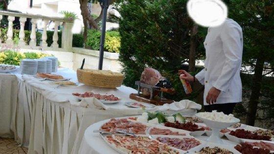 Salento matrimonio choc, il cameriere spruzza insetticida sul buffet