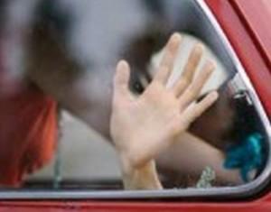 Terrore a Bitonto, Bari un uomo incappucciato manda in frantumi un vetro della macchina in cui era appartata una coppietta