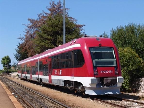 Caos Ferrovie Sud Est, treno diretto a Bari fermo nelle campagne di Conversano, l'ira dei passeggeri
