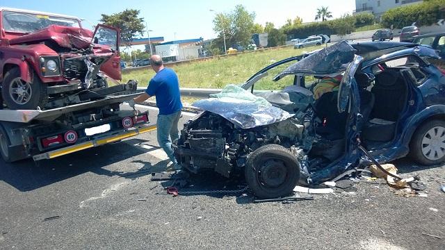 Tragedia stradale sulla SS16, terribile incidente mortale frontale