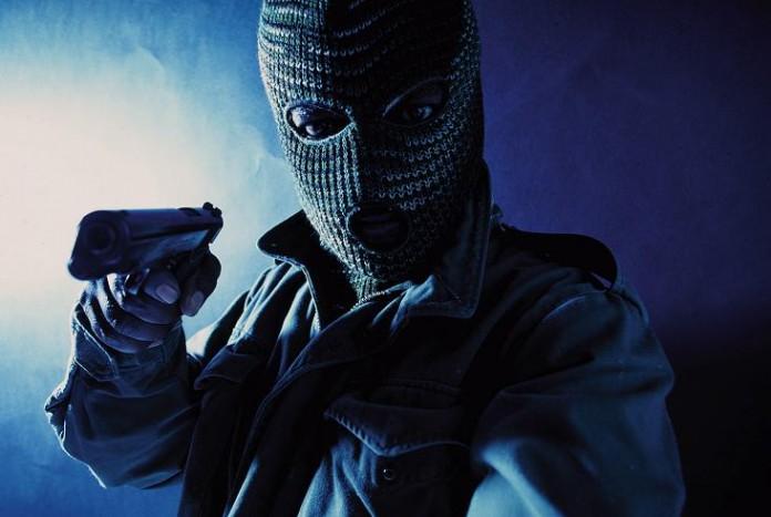 Terrore nel nord barese, due malviventi armati di pistola assaltano farmacia sotto gli sguardi dei clienti