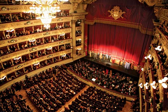 Malore alla Scala di Milano, famosissima cantante sviene e crolla sul palco