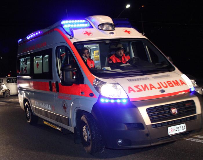 Bari, pauroso scontro in via Giulio Petroni tra auto e moto, grave il centauro