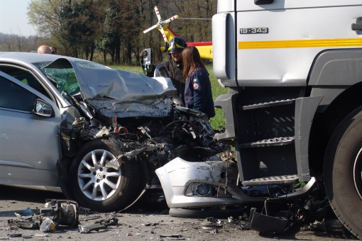 Tangenziale incidente mortale, tir impatta auto