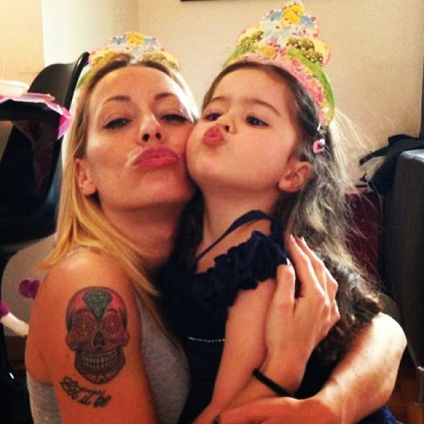 La bambina di karina Cascella ridicolizza Belen, il web si rivolta
