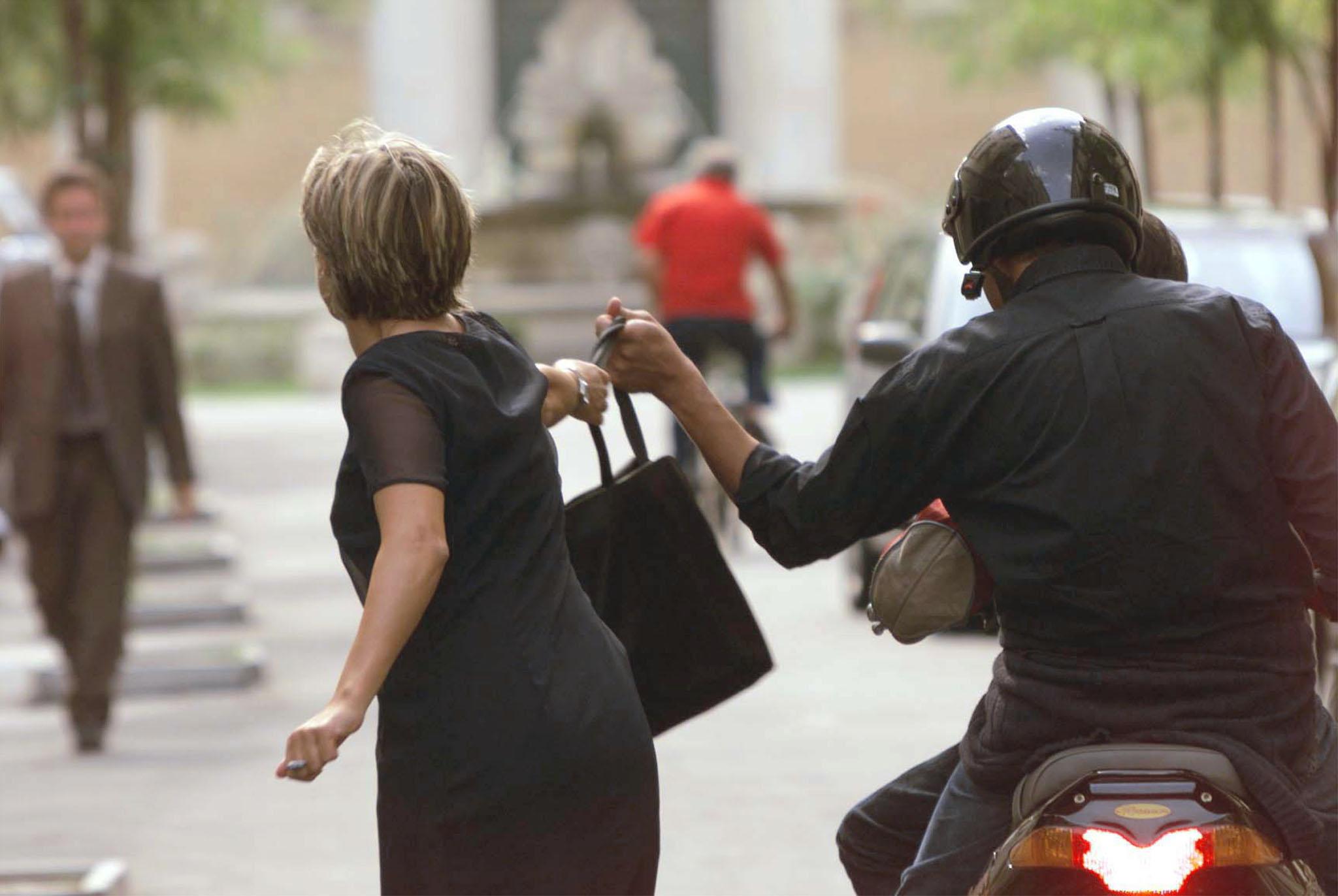 A Bari, scippano una donna, intervengono carabinieri mimetizzati tra i passanti