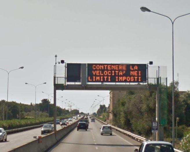 Incidente stradale sulla SS16, una delle macchine non si ferma e fugge