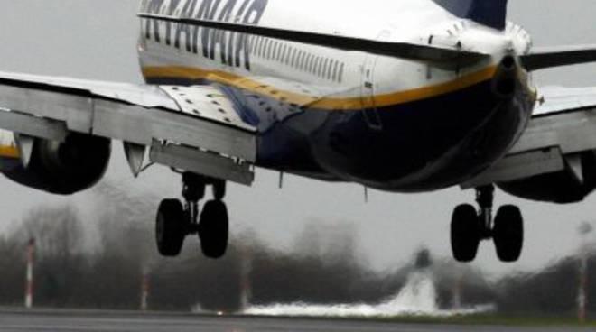 Aeroporto di Palese, momenti di terrore su aereo Ryanair Bergamo – Bari, durante la fase di atterraggio il velivolo riprende improvvisamente quota