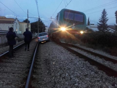 Attimi di follia nel barese auto percorre 700 metri lungo ferrovia, macchinista riesce a evitare tragedia
