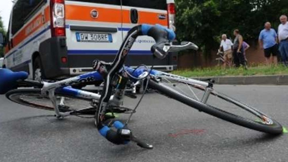 Puglia spaventoso incidente, ciclista perde la vita perché travolto da un furgone