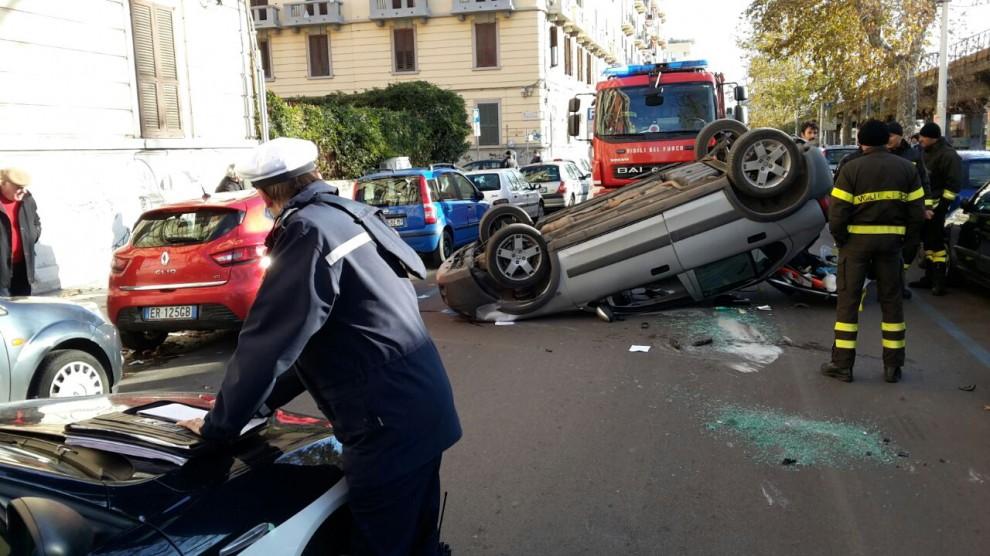 Incidente a Bari, auto impattano violentemente e una si ribalta, traffico paralizzato