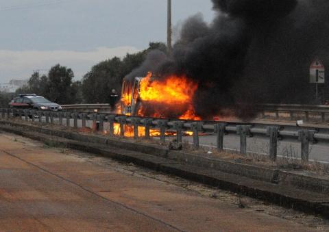 Puglia,momenti di terrore pulmino, con a bordo una decina di studenti, all'improvviso prende fuoco