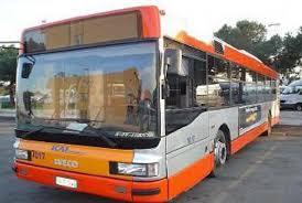 """Bari, salgono sull'autobus e gridano """"Allah akbar, terrorista, bomba"""", panico tra i passeggeri"""