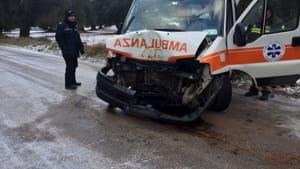 Puglia tragedia sfiorata, ambulanza che trasporta due pazienti finisce contro un albero