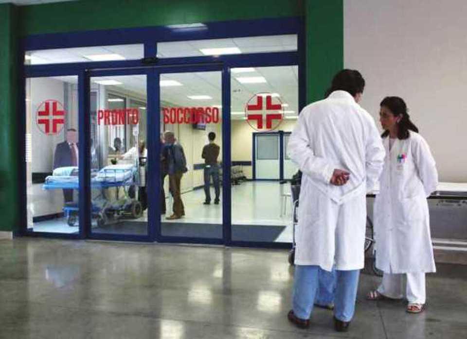 Puglia choc ritrovato il corpo di un giovane di 22 anni vicino alla porta del bagno di un ospedale