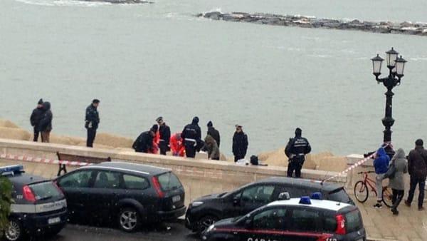 Mistero a Bari, in acqua sul lungomare affiora cadavere di una donna