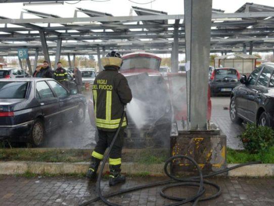 Puglia, momenti di terrore nel parcheggio di un ipermercato auto improvvisamente prende fuoco