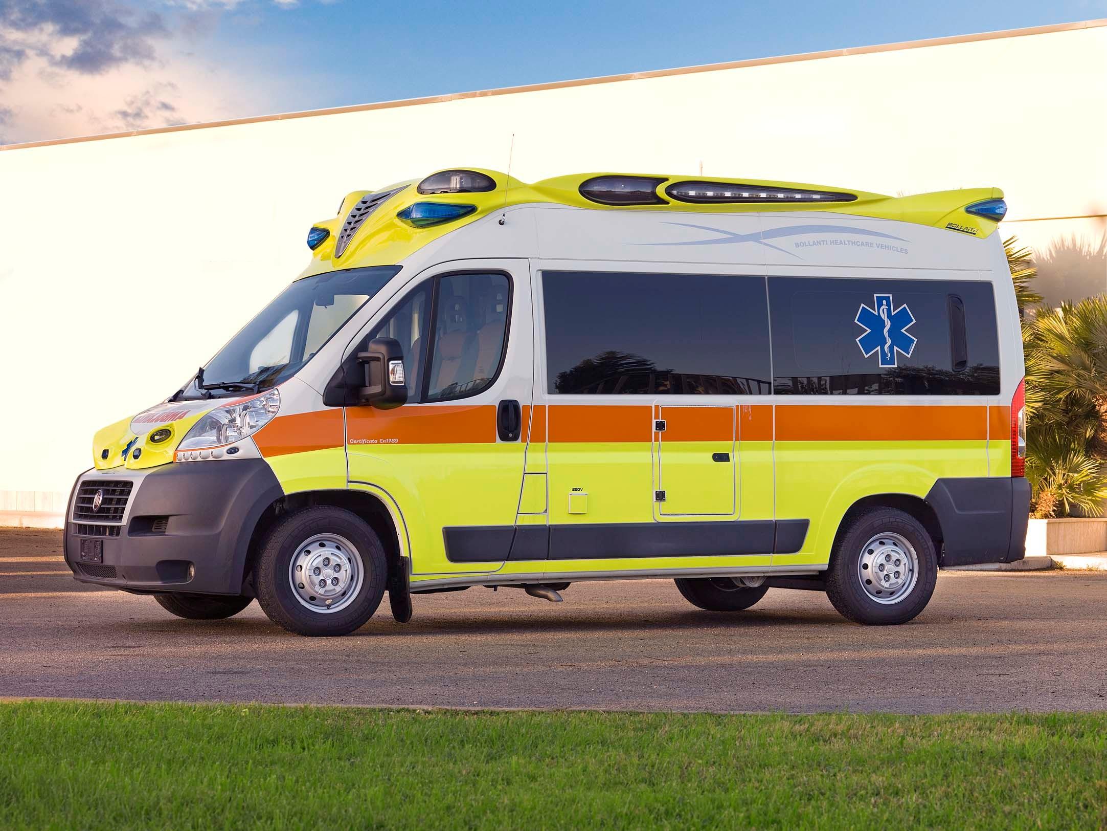 Spaventoso incidente tra camion dei pompieri e auto: feriti madre, padre e i tre figli piccoli