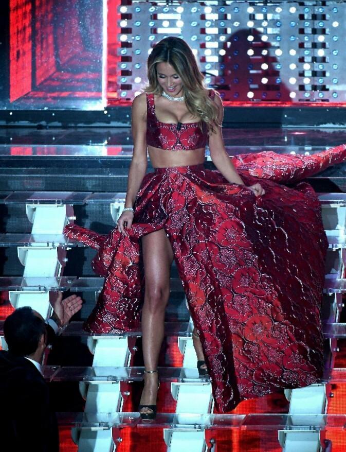 """Diletta Leotta accende il Festival di Sanremo, abito rosso con spacco vertiginoso la Balivo l'attacca """"Non può parlare di privacy con quel vestito"""""""