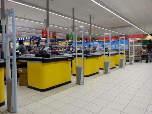 Bari, rapina al quartiere Libertà al supermercato MD Discount, terrore tra i clienti