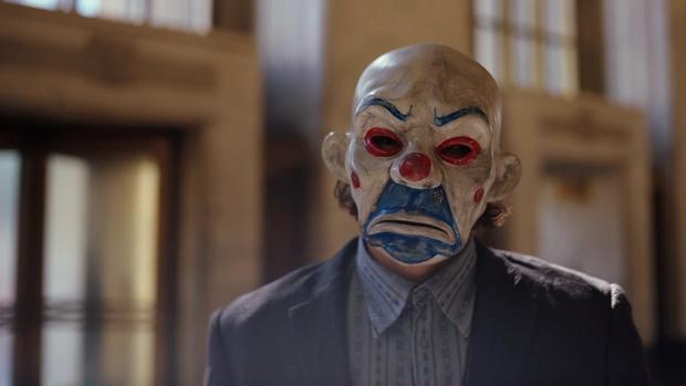 Bari, ladro indossa maschera da carnevale e rapina banca in pieno centro