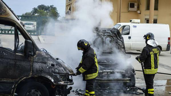 Triggiano attimi di terrore due giovani miracolosamente illesi dopo che la loro macchina aveva preso fuoco