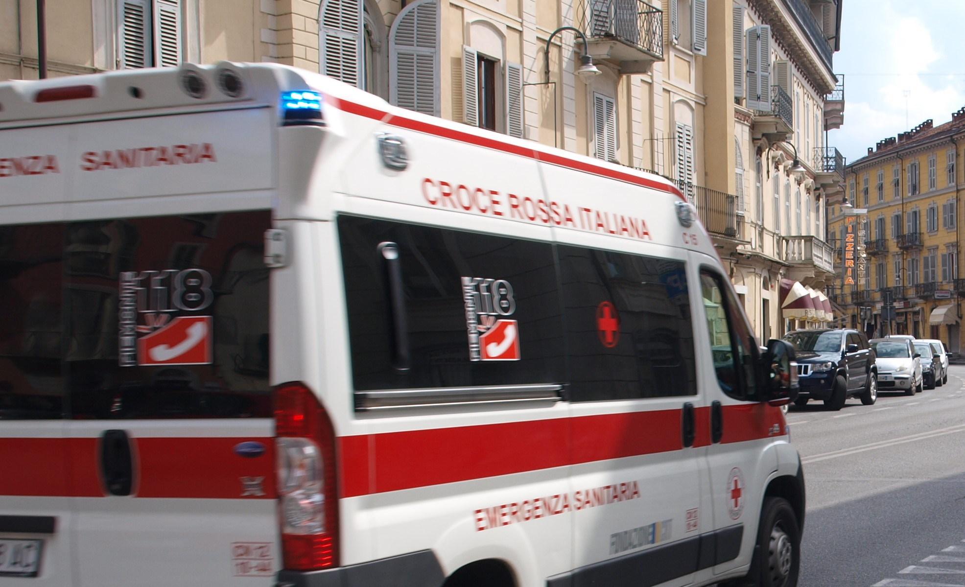 Terribile scontro scooter contro auto due giovani feriti, uno gravissimo