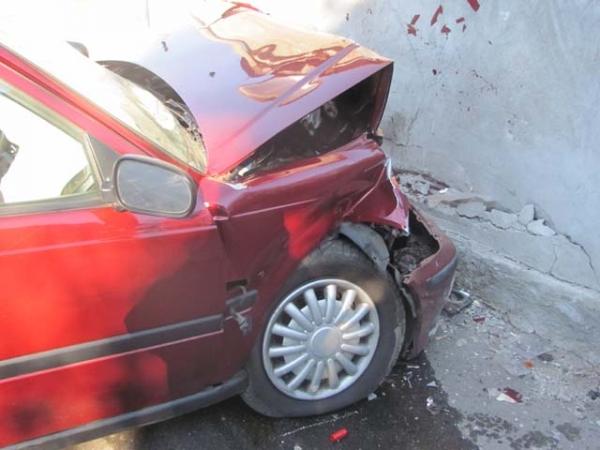 Puglia, violentissimo incidente , le auto finiscono contro un muretto