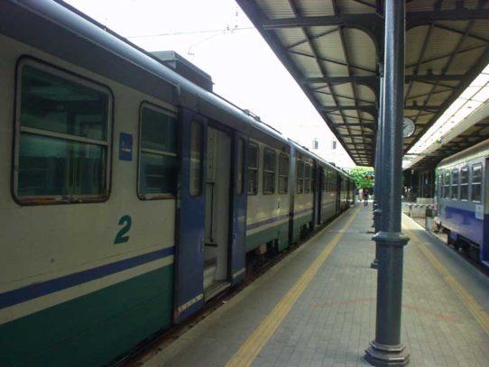 Puglia, scende dal treno Bari-Lecce per fumare una sigaretta ma viene travolto dal mezzo, subisce l'amputazione degli arti inferiori e superiori