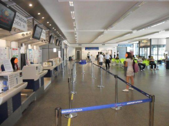 Attimi di panico all'aeroporto di Bari-Palese crolla pannello dal soffitto grande paura tra i passeggeri
