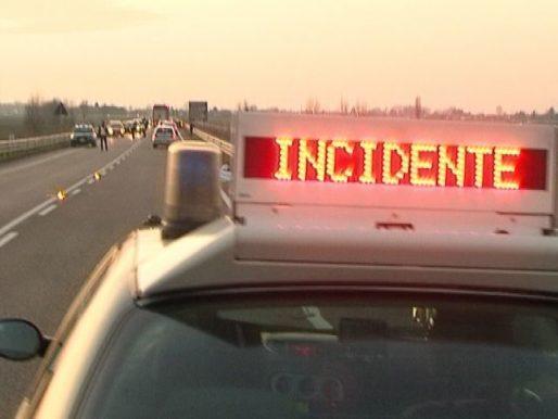 Nel barese gravissimo incidente stradale coinvolte due auto, strada chiusa al traffico