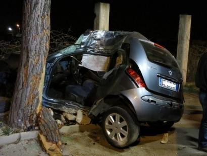 Bari terribile incidente mortale, non controlla più l'auto e si schianta contro un albero