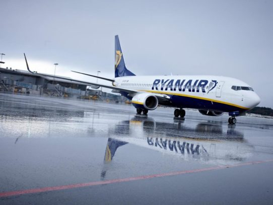 Bari, attimi di terrore a bordo aereo Ryanair colpito da un fulmine in volo