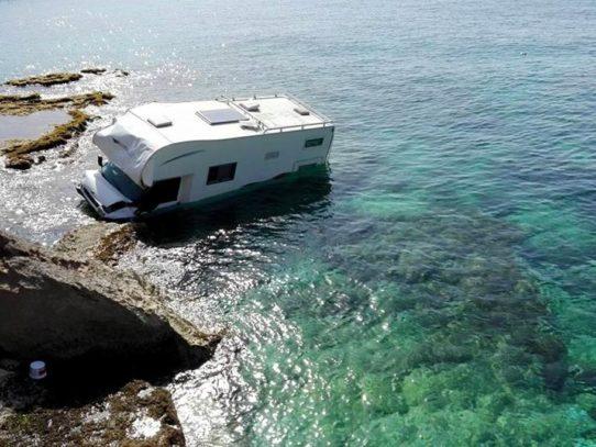 Immane tragedia, camper scivola in mare uomo muore schiacciato dopo aver salvato la moglie