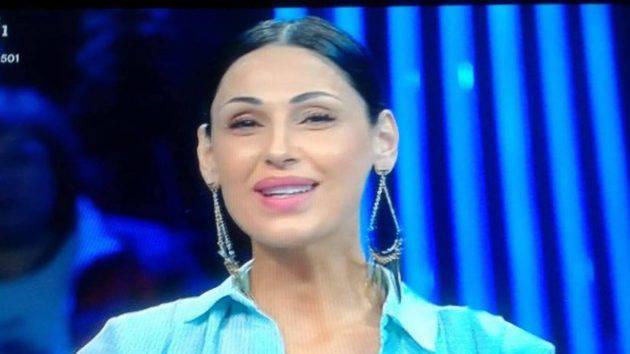 Anna Tatangelo, il pubblico, sembra Moira Orfei e lei risponde con un lungo post