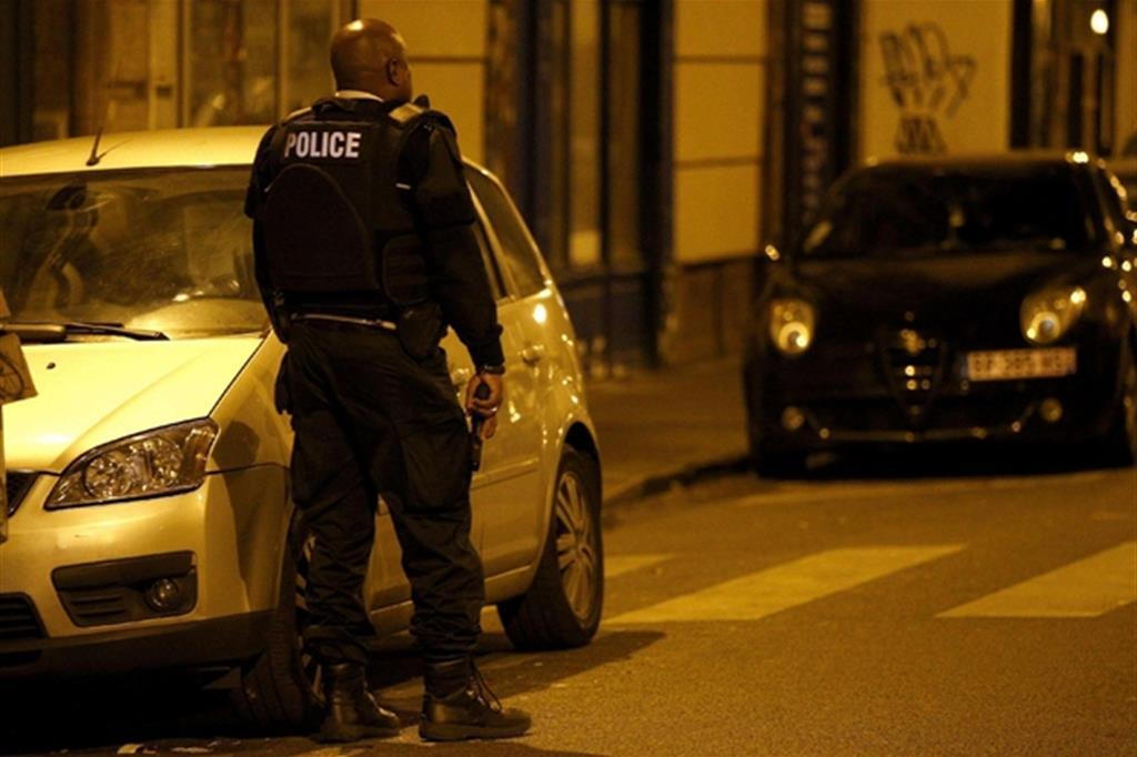 Attacco al cuore di Parigi, colpi di kalashnikov agli Champes Élysees, ucciso un poliziotto un altro ferito