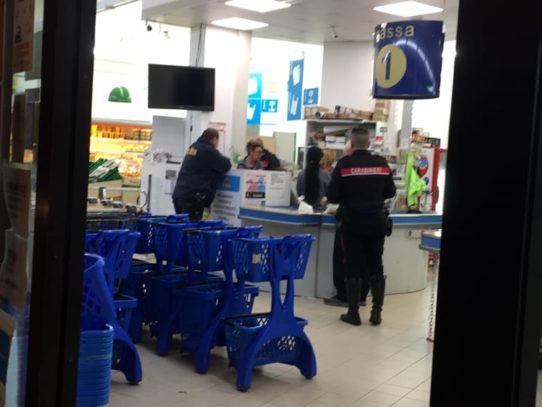 Attimi di terrore in Puglia, bandito armato semina il panico, irruzione in un supermercato pieno di bambini