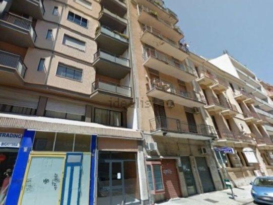 Bari, Via Carulli con lo scooter finisce su due persone, momenti di terrore.