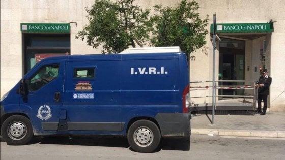 Puglia assalto in pieno centro, colpo da 190mila euro, banda armata in fuga