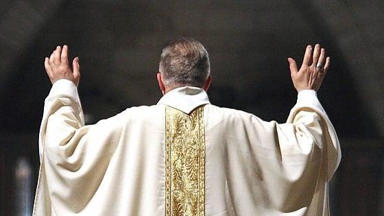 """Puglia, il parroco: """"No al padrino, è sposato con una divorziata"""". E un 14enne non vuole più fare la cresima"""