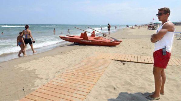 12enne sopraffatta dalle onde e trascinata al largo, i compagni hanno invano cercato di raggiungerla