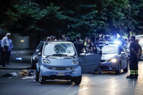 Auto passa con il rosso e travolge 5 persone, gravissimo un ragazzo incastrato sotto la macchina