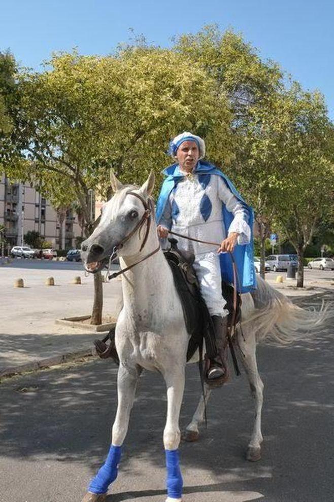 Un principe azzurro per Lecce: a cavallo per chiedere la mano alla sua amata